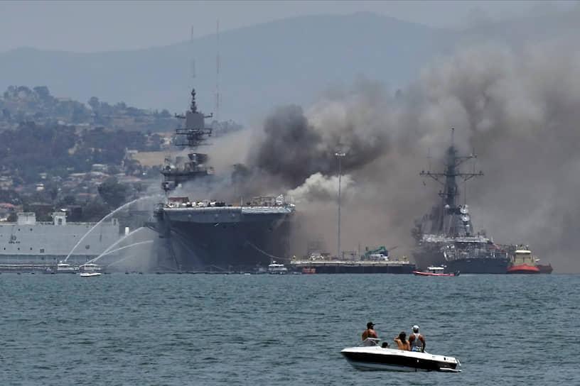 Коронадо, США. Возгорание на военном корабле в штате Калифорния