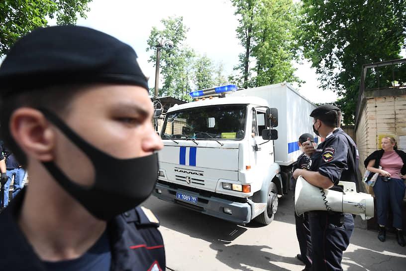 Сотрудники полиции во время задержания людей, которые пришли поддержать Ивана Сафронова