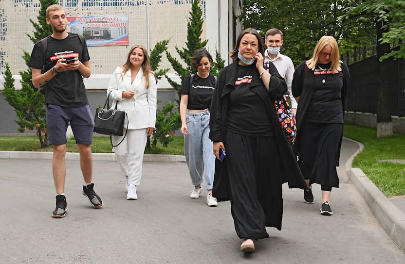 Задержанные журналисты после выхода из ОВД района Капотня. В полиции им вменили нарушение правил проведения акций