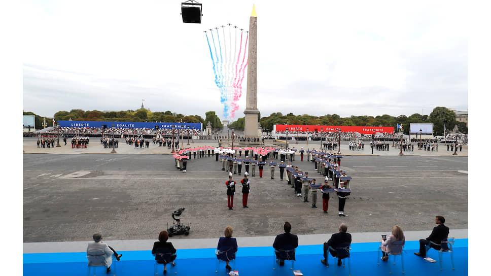 Самолеты оставляют след в виде флага Франции, пролетая над Луксорским обелиском