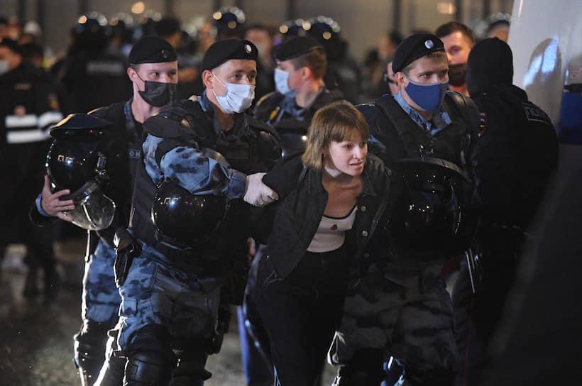 Когда протестующие, скандируя лозунги, дошли до улицы Петровка и попытались перекрыть движение, правоохранители начали задержания