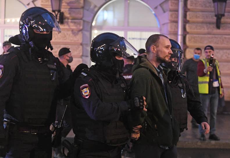 Полиция задерживает участника шествия