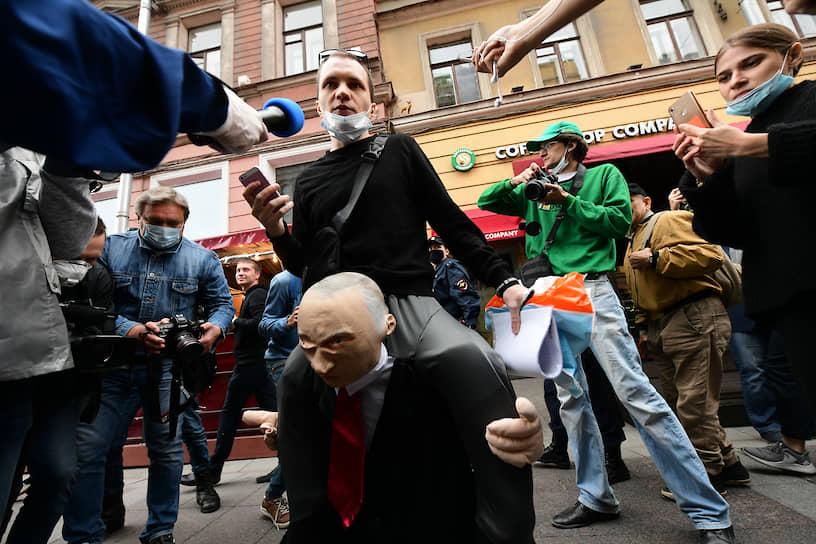 Участники акции за отмену результатов голосования по поправкам в Санкт-Петербурге