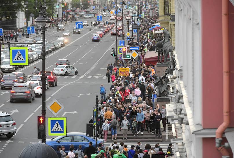Акция в Санкт-Петербурге на Невском проспекте и прилегающей к нему Малой Садовой улице началась около 19:00