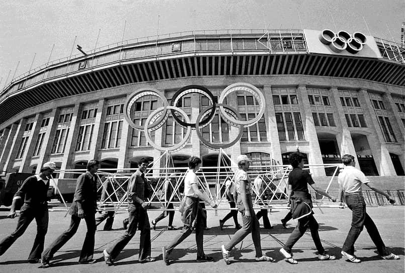 65 стран бойкотировали Олимпиаду после ввода советских войск в Афганистан в 1979 году, включая традиционно сильные в летних Играх сборные США, ФРГ, Японии. Однако некоторые спортсмены из бойкотировавших Олимпиаду государств все-таки приехали в Москву. В результате атлеты из 14 стран, преимущественно западноевропейских, выступали под флагом МОК