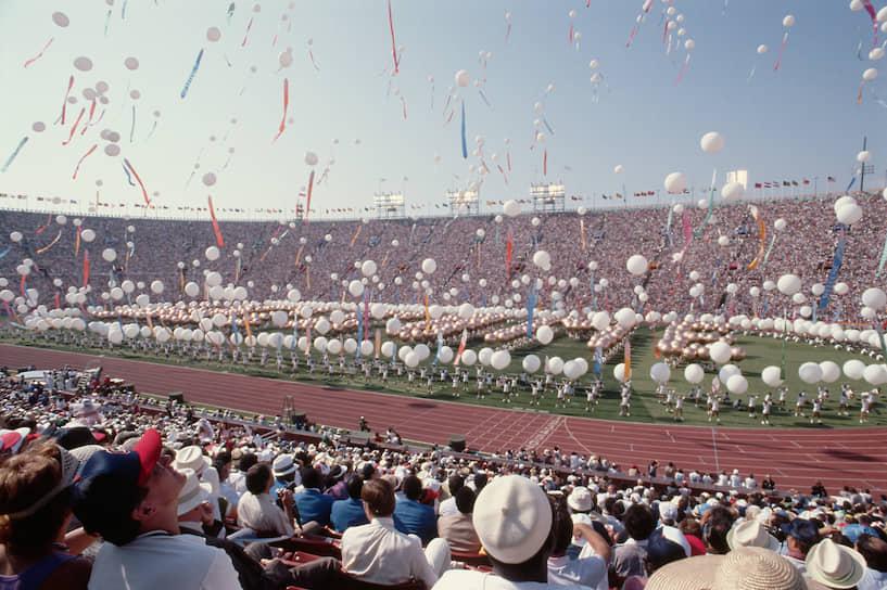 Более 16 тыс. спортсменов приняли участие в танцевальных и спортивных номерах на церемонии открытия Олимпиады, длившейся около трех часов
