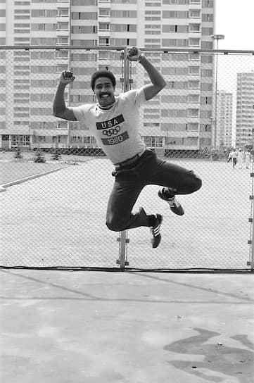 Британский десятиборец Дейли Томпсон на тренировке в футболке, выпущенной к зимней Олимпиаде 1980 года в Лейк-Плэсид (США)