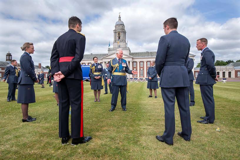 Крэнвелл, Великобритания. Принц Чарльз с выпускниками военно-воздушного колледжа