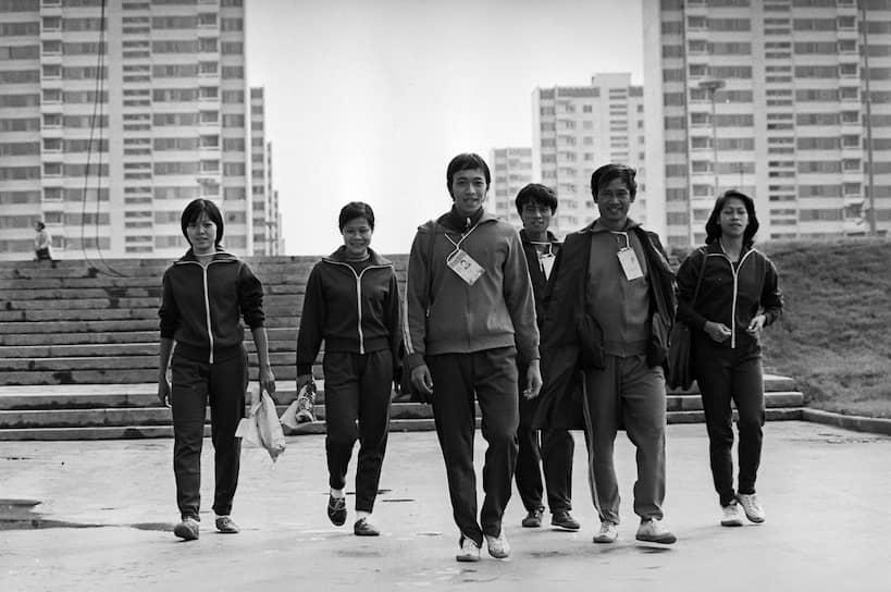 Всего на Олимпиаде разыграли 203 комплекта медалей в 21 виде спорта <br>На фото: спортсмены из Вьетнама идут на тренировку