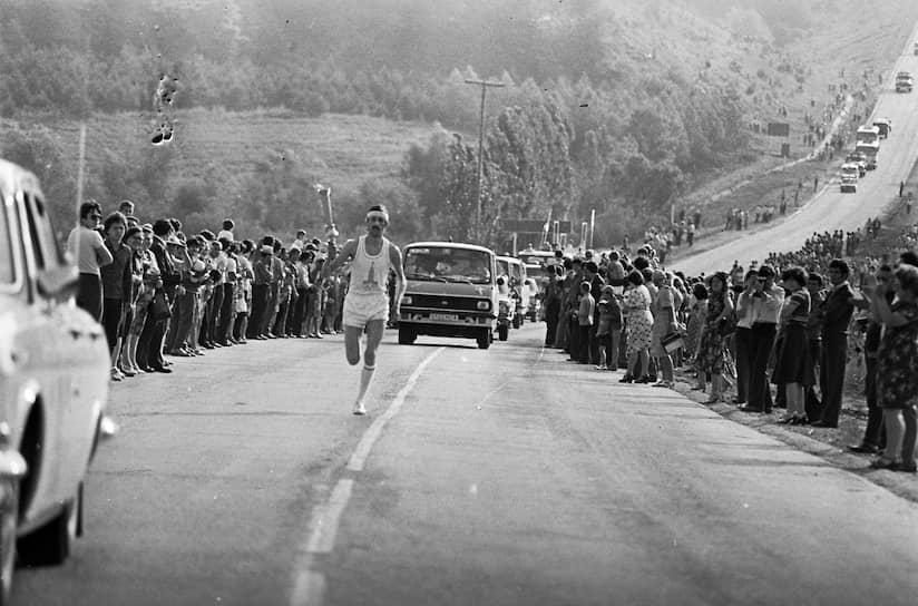 XXII летние Олимпийские игры проходили с 19 июля по 3 августа 1980 года. Впервые Олимпиада проводилась на территории Восточной Европы<br> На фото: факелоносец на трассе эстафеты олимпийского огня
