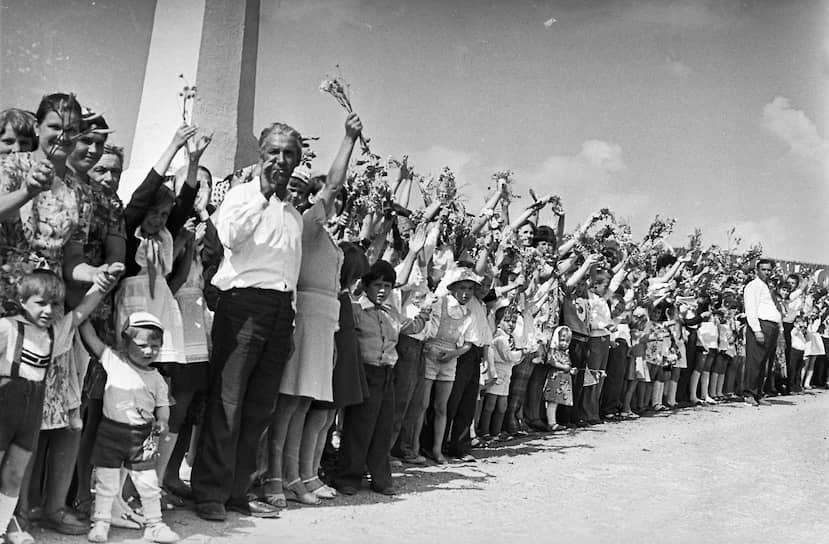 Главным соперником Москвы по проведению Игр был Лос-Анджелес, однако московская заявка победила на решающей сессии МОК с результатом 39 против 20 голосов<br> На фото: жители СССР приветствуют участников эстафеты олимпийского огня