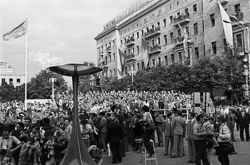 Встреча олимпийского огня на Советской площади в Москве (сейчас — Тверская)
