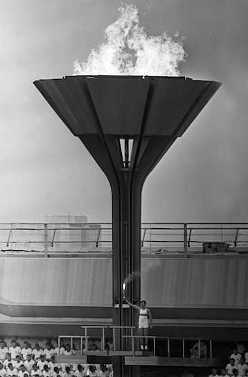 Разработку дизайна факела Олимпиады изначально заказали японской компании Mizuno, но предложенный вариант в форме тростника не понравился организаторам. В итоге дизайном занимались художники Мухинского училища, а собирали факел на Ленинградском машиностроительном заводе имени Климова