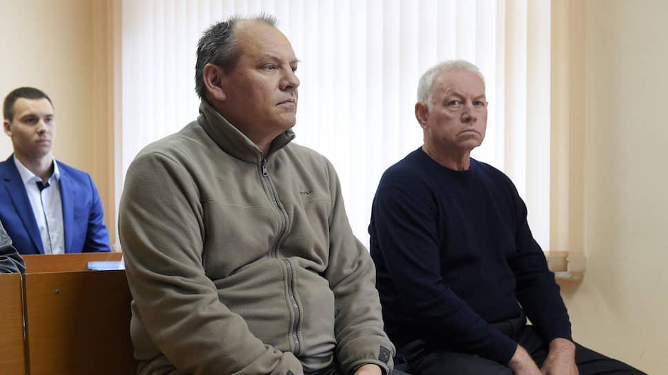 Инженер аэродромной службы Владимир Леденев (слева) и водитель снегоуборочной машины Владимир Мартыненко