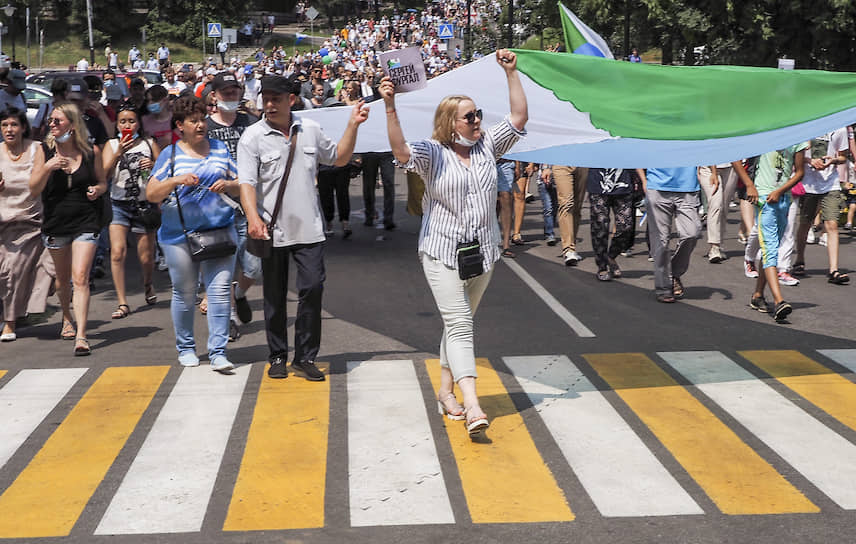 Участники акции несут флаг Хабаровского края