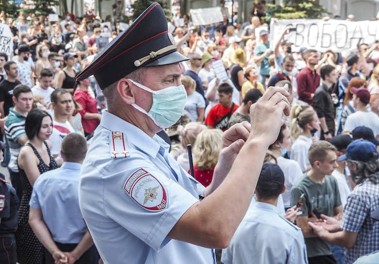 Полицейский снимает происходящее на камеру