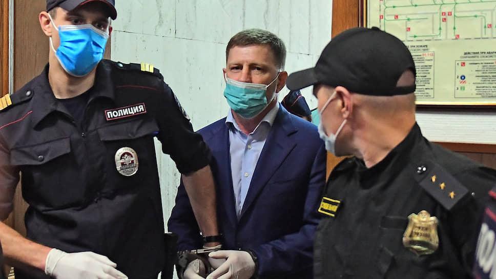 Экс-губернатор Хабаровского края Сергей Фургал (в центре)