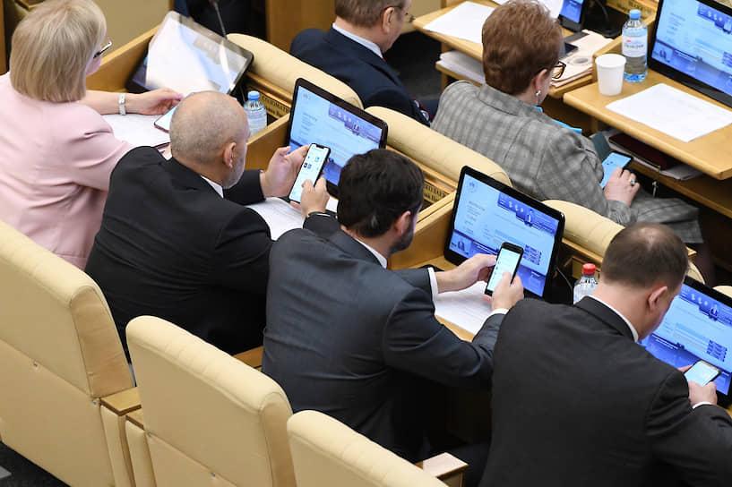 Депутаты во время пленарного заседания