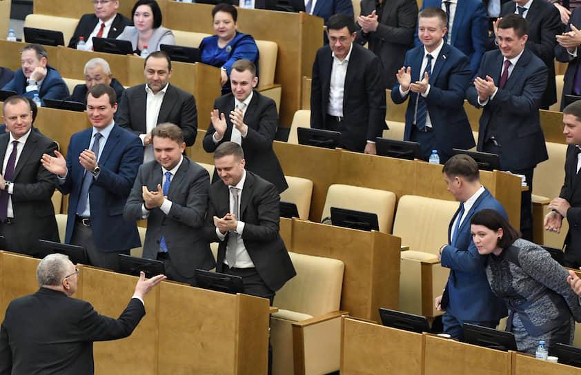 Лидер ЛДПР Владимир Жириновский (слева) с членами своей фракции