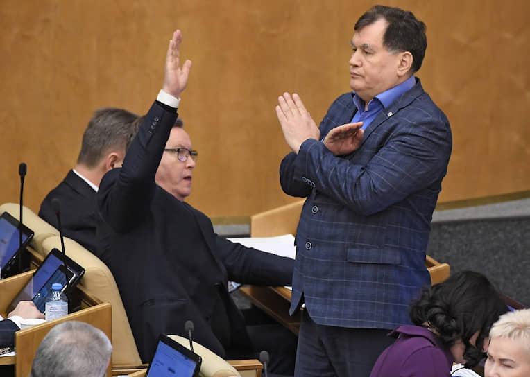 Член комитета Госдумы по бюджету и налогам Ильдар Бикбаев (справа)