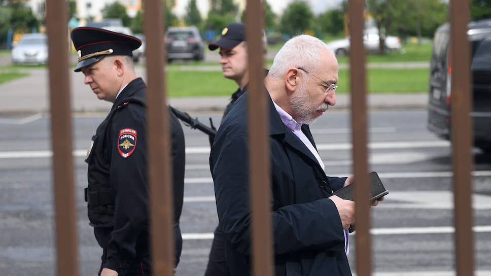 Телеведущий Николай Сванидзе перед началом заседания суда