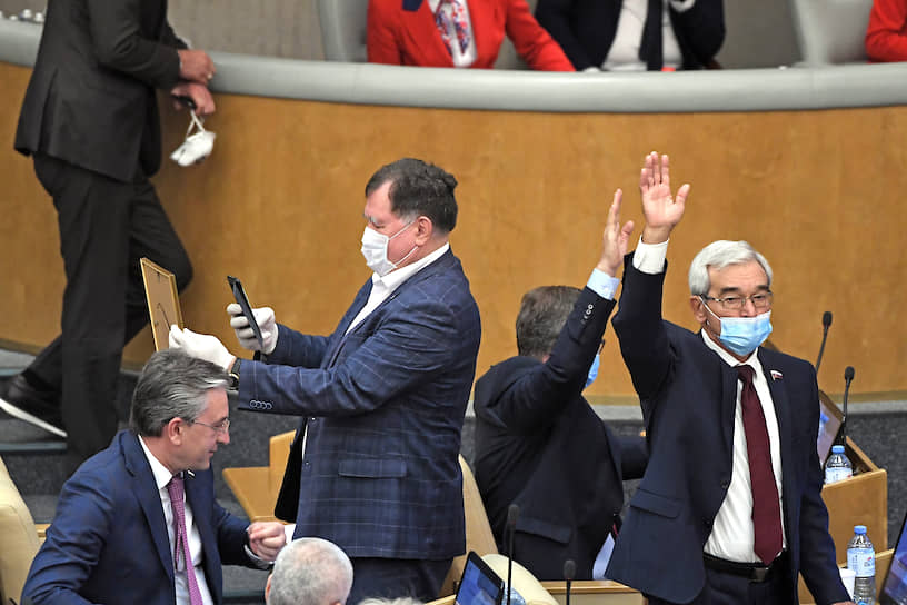 Член комитета Госдумы по финансовому рынку Михаил Гулевский (справа) и член комитета по бюджету и налогам Ильдар Бикбаев (в центре)