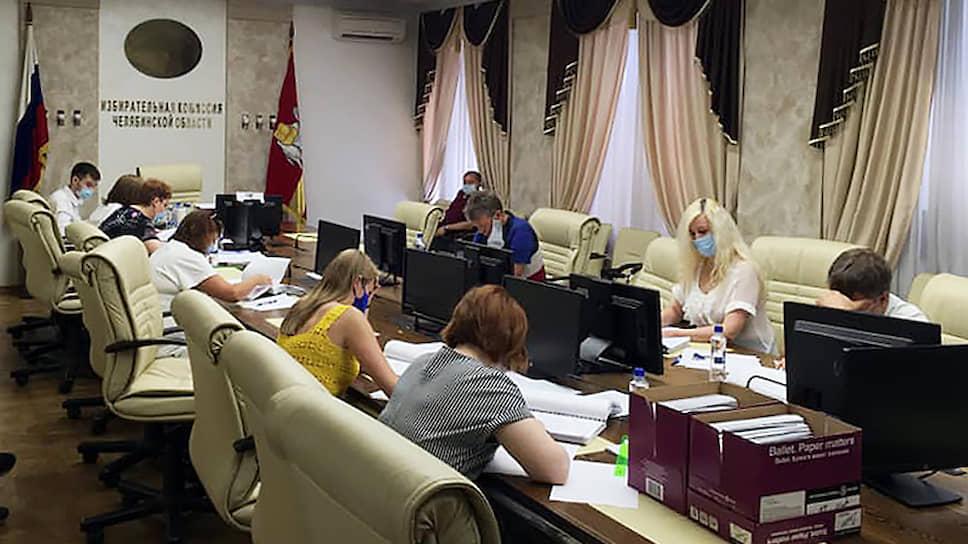 Проверка подписей челябинского отделения партии «Яблоко» с экспертами из МВД в главном зале Челябинской областной избирательной комиссии