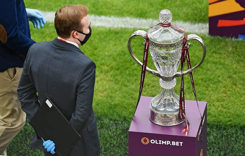 Во время церемонии награждения и празднования футболисты петербургского клуба разбили крышку хрустального кубка