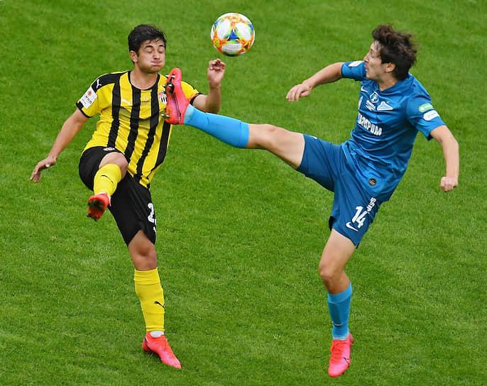 Игрок команды «Химки» Аршак Корян (слева) и игрок команды «Зенит» Далер Кузяев во время матча