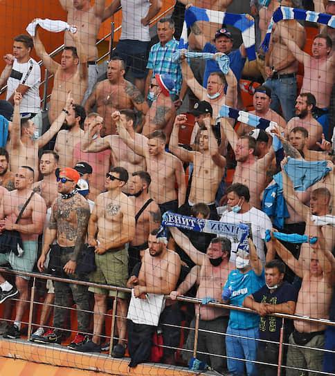 Болельщики команды «Зенит» во время матча