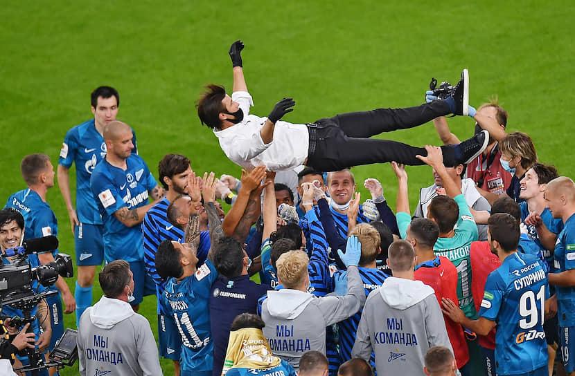Главный тренер «Зенита» Сергей Семак (в центре) с командой после победного матча