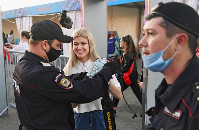 Всем гостям вечера при входе измеряли температуру и выдавали медицинские маски. На территории парка были размещены киоски с бесплатными средствами индивидуальной защиты и водой
