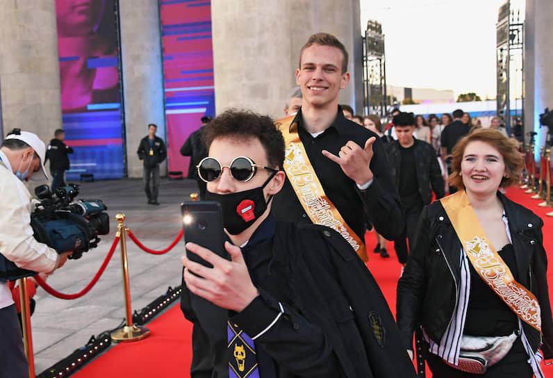 Общегородской выпускной вечер по традиции прошел в московском Парке Горького. Вход в парк был украшен красной ковровой дорожкой
