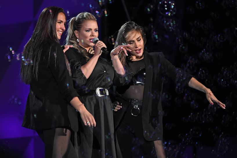 Певица Анна Семенович (в центре) во время выступления