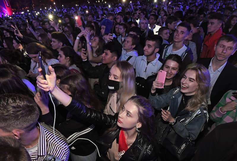 На сценах на Пушкинской набережной и у главного фонтана парка выступили более 40 популярных российских исполнителей
