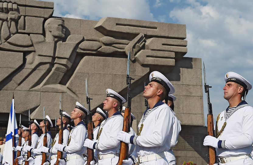 Военнослужащие Черноморского флота во время парада