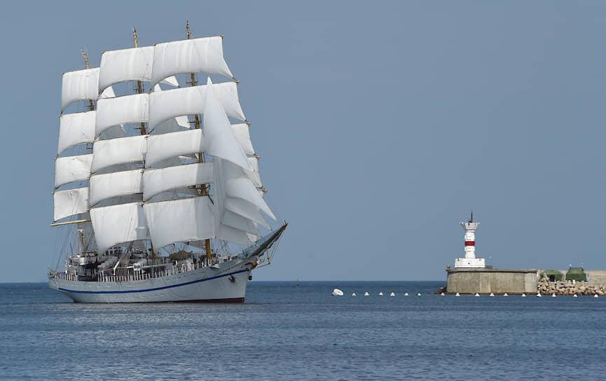 В Севастопольской бухте также прошел военно-морской парад <br> На фото: учебный трехмачтовый фрегат «Херсонес»