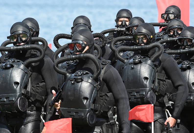 Водолазы учебного центра подготовки военных спасателей и водолазных специалистов ВМФ