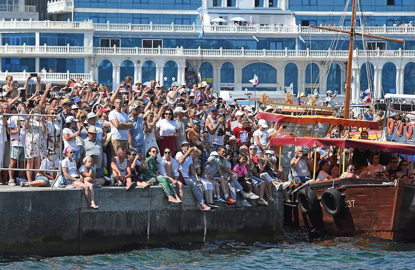 Зрители во время военно-морского парада в Севастопольской бухте