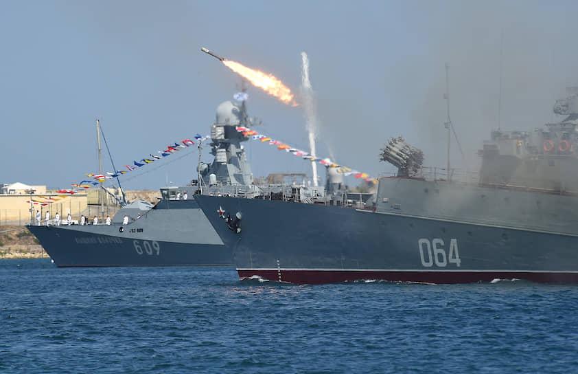 Морской тральщик проекта 266-М «Ковровец» во время показательных стрельб на военно-морском параде
