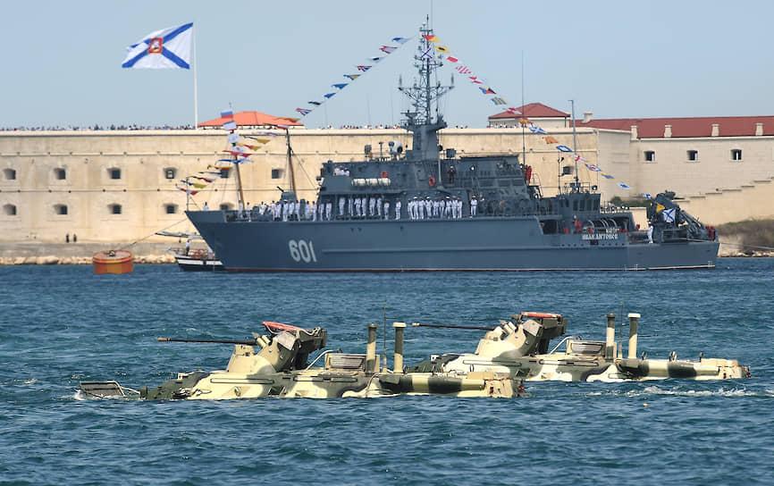 Бронетранспортеры БТР-82 во время военно-морского парада на внутреннем рейде Севастопольской бухты