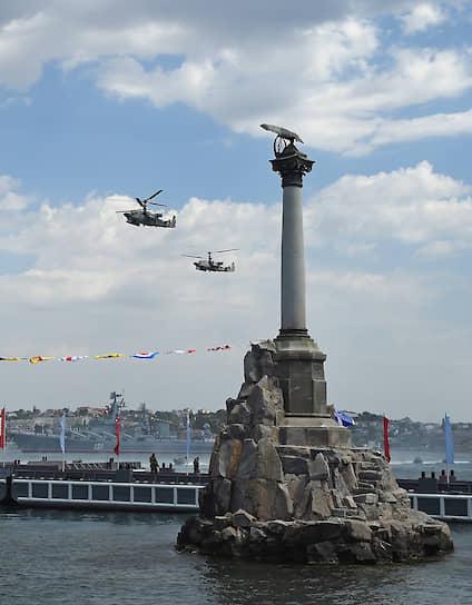 Вертолеты Ка-52 «Аллигатор» во время военно-морского парада в Севастополе