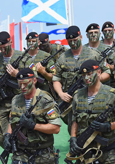 Подразделение морской пехоты во время военно-морского парада в Севастополе