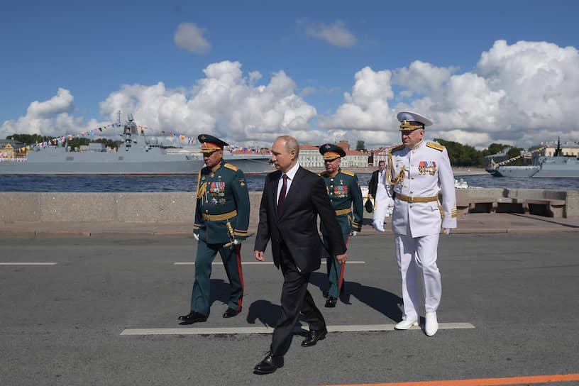 Президент РФ Владимир Путин и министр обороны Сергей Шойгу (слева) во время парада