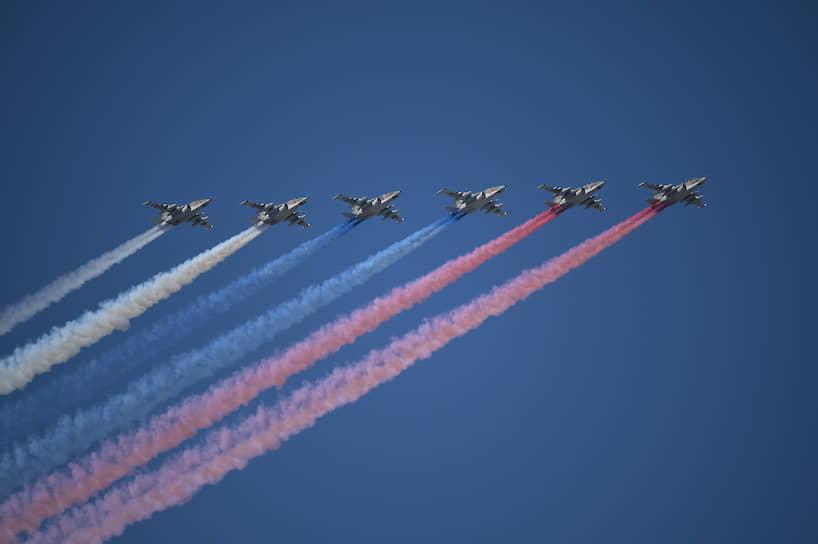 Группа штурмовиков Су-25 окрасила небо над Санкт-Петербургом цветами российского флага