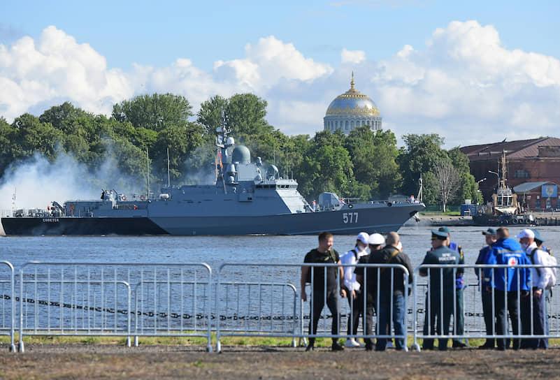 Всего в военно-морском параде в Санкт-Петербурге и Кронштадте участвовали более 40 кораблей, катеров и подводных лодок