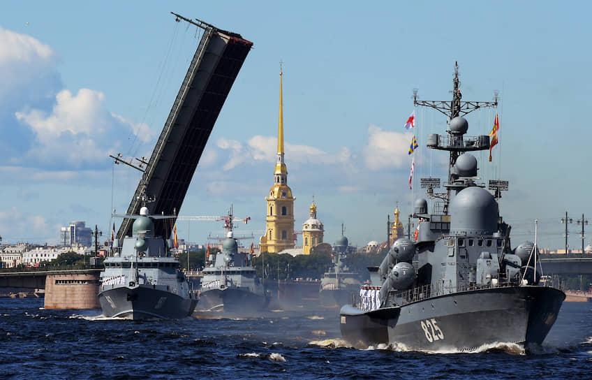 Перед этим Владимир Путин на борту катера обошел парадную линию боевых кораблей на Кронштадтском рейде, откуда он затем на вертолете прибыл в Санкт-Петербург