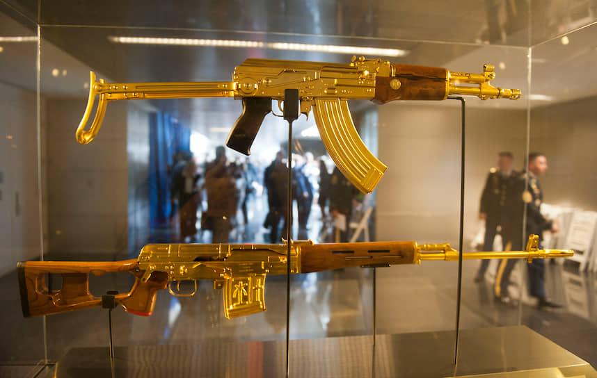 В 2005 году в Великобритании открылась выставка оружия, в центре экспозиции был инкрустированный золотом автомат АК-47, ранее принадлежавший иракскому лидеру Саддаму Хусейну. По информации СМИ, у диктатора был целый арсенал такого оружия, которым он награждал подчиненных за особые заслуги