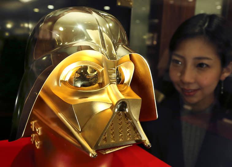 В 2017 году японский дизайнер Гиндза Танака к 40-летнему юбилею фильма «Звездные войны» изготовил шлем Дарта Вейдера из чистого 24-каратного золота. Он весит 15 кг и оценивается в $1,4 млн