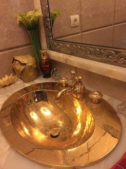 В 2017 году при обыске у директора украинского предприятия «Электровозостроительство» Александра Зельдина, подозреваемого в растрате 3 млн гривен (более $100 тыс.), была обнаружена золотая раковина